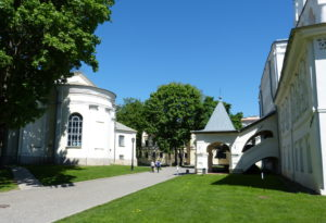 Das Gebäude auf der rechten Seite ist der Zugang zum Glockenturm, von dem wir eine wunderschöne Sicht über die Stadt und den Fluß hatten. Auch die Karten für den Rundgang auf der Kremlmauer kauft man hier.