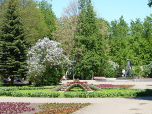 Vor den Kremlmauern liegt der Kremlpark. Der lädt mit seinen vielen Springbrunnen, Skulpturen und Blumenrabatten zum Entspannen ein.