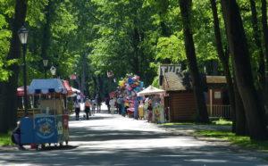"""Der Park ist für die ganze Familie gedacht, während die Großen flanieren, können die Kleinen in der """"Kinderstadt"""" einem Mini-Vergnügungspark herumtollen. Die Eis- und Getränkestände überall sorgen für die nötige Abkühlung."""