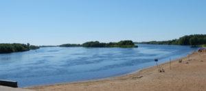 Das erste was wir von Weliki Nowgorod sahen, war die Wolchow. Sie fließt mitten durch die Stadt und unmitelbar am Kreml vorbei. Dieser Strand, mit den am rechten Rand sichtbaren Sonnenschirmen, wird nicht nur zum Sonnen genutzt.