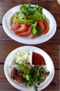Und entschieden uns für Schaschlik und den in Russland fast obligatorischen Gurken-, Tomatensalat.
